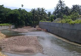 目前遭遇環保問題的溪流,兩岸皆已水泥化
