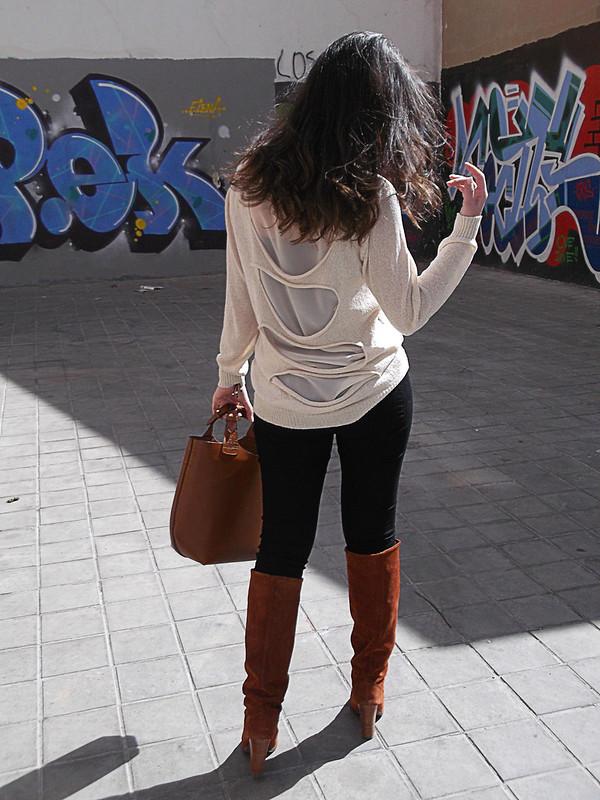 Grafitis, jerséi dorado, aberturas rotas espalda, pantalones pitillo negro, botas de serraje canela, bolso, complementos, graffiti, sweater golden, broken openings in the back, skinny black pants, cinnamon suede boots, bag, accessories in gold, aimé complementos, zara, mango, casio, lowlita & you