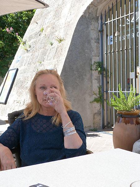hillary et son verre de rosé