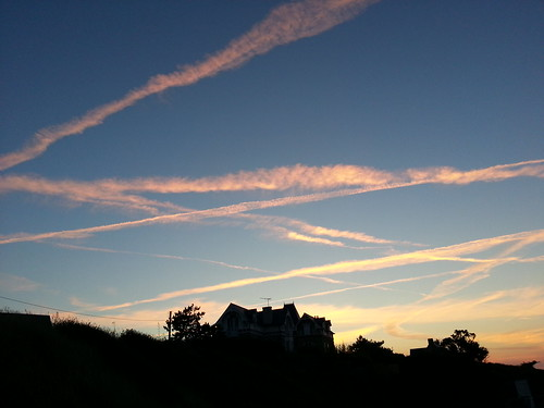 Crisscross sky - St Lunaire. by despod