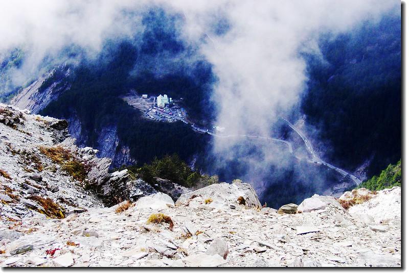 向陽大崩壁(雲霧環繞中為埡口山莊)