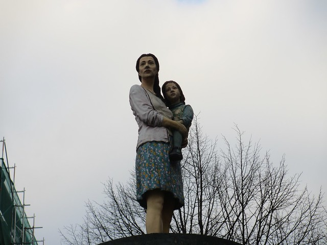 Säulenheiligen: Mother and child looking over the Rhine