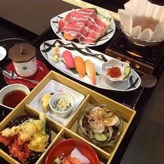 เมื่อวานมีใครได้ดู #kagonoya ในรายการครัวคุณต๋อยบ้าง มีเมนูแนะนำตัวหนึ่งที่น่าลองมาก #Kaiseki Course เซ็ทอาหารแบบดั้งเดิมสไตล์ญี่ปุ่น มีทั้งชาบู-ชาบูหม้อไฟกระดาษ-ซูชิ3ชิ้น-ข้าวหน้าไข่แซลมอน-ไข่ตุ๋น-ซุปมิโซะ-สลัด-เทมปุระรวม-แซลมอนซาชิมิ-ไข่หวาน-ปลาซาบะ เซ็