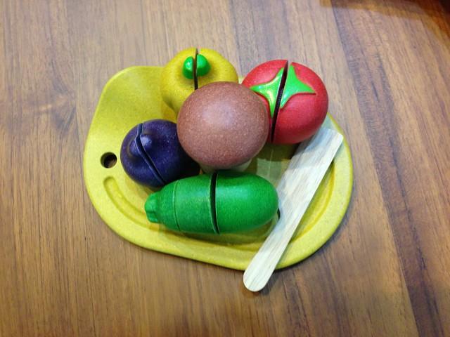 蔬果全部擺在砧板上好擠XD 而且這樣端起來一定會滾下來XD@PLAN TOYS蔬果切切樂