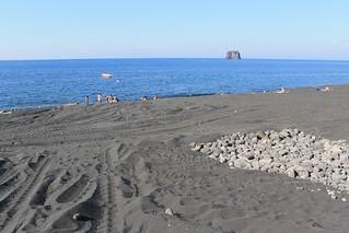 Bild av Spiaggia Ficogrande. italy sicily stromboli sicile strombolicchio