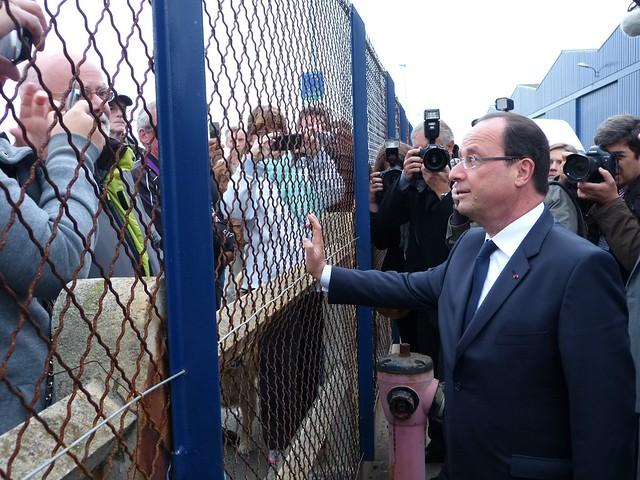 François Hollande à la sortie des CMN est allé à la rencontre des Cherbourgeois venu voir le président de la République