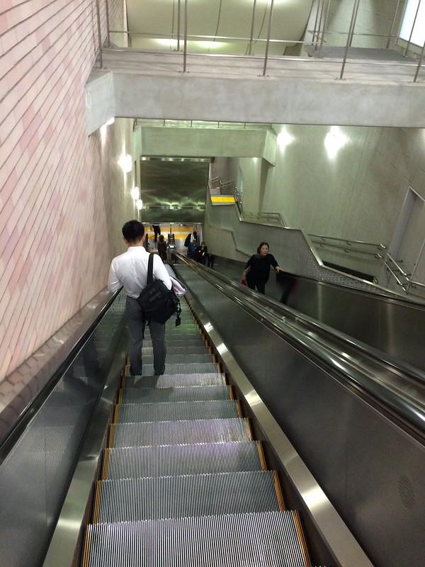エスカレーターで下へ by haruhiko_iyota