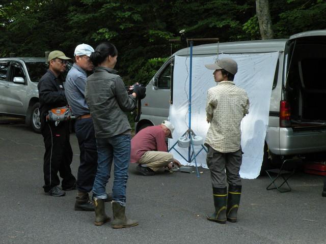 清水先生が準備をしている間,参加者同士で虫や花の情報交換.