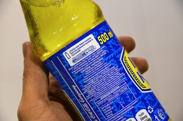 Etiqueta de Inca Kola con la pegatina de Cocacola