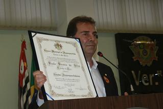 Durante sua fala, o deputado Paulinho da Força exibe e agradece a homenagem e o título de cidadão de Itaquaquecetuba
