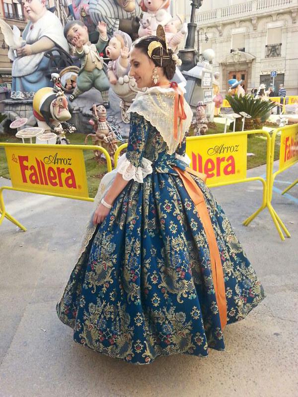 Fallas 2014, fallera, Ofrenda, Valencia, traje, aderezo, moños, fiesta regional