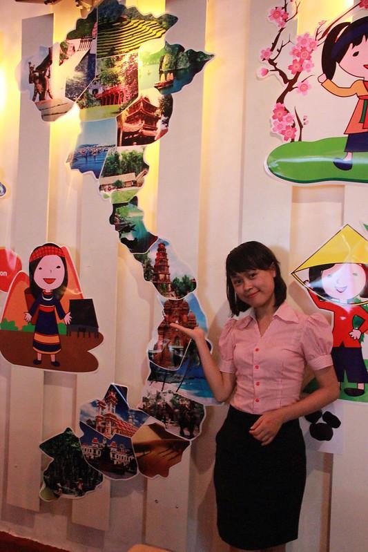 """Cô Nhật Anh – giáo viên bộ môn Địa lý trường THCS Alpha trong vai trò hướng dẫn viên du lịch đưa các em đến từng vùng miền của đất nước – """"Khám phá thế giới khoa học xã hội"""""""