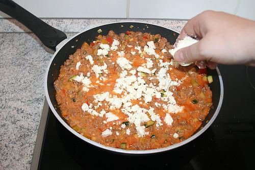 33 - Hälfte Feta hinein bröseln / Add 1/2 of feta cheese