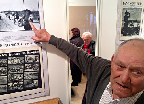 Pepe señala a su madre y a sus hermanicos, cerca de Tardienta, agosto de 1936.