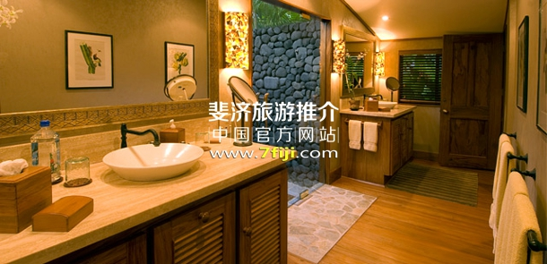 别墅内浴室与室外淋浴