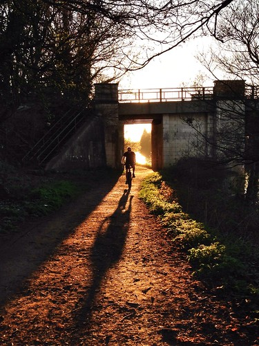 uk bridge sunset shadow england bicycle thames cycling unitedkingdom surrey riverthames walton köprü waltononthames gölge longshadow bisiklet onwayhome waltonlane waltonmarina desboroughisland desboroughchannel