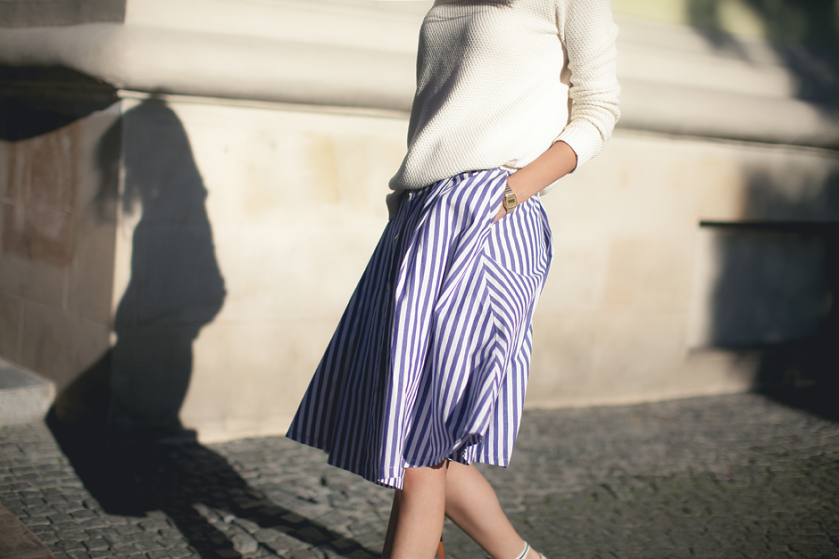 how-to-wear-midi-skirt-with-flats