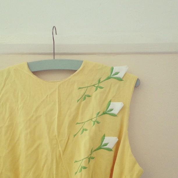 Embroidered details on the shoulder and skirt pocket.