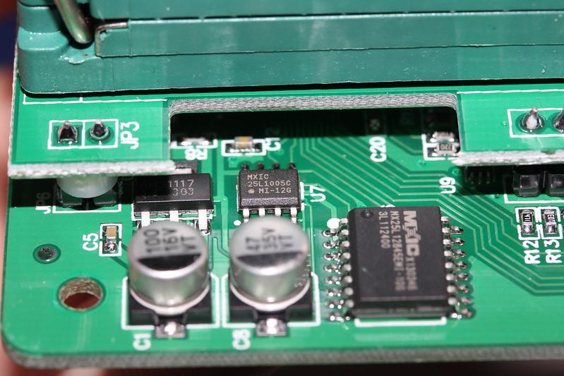 首先用产品附带的USB电缆连接编程器到计算机,然后开启FlyPRO软件下载脱机数据。详情请参考软件使用说明:下载脱机数据 断开计算机与编程器之间USB电缆,用产品附带的电源适配器给编程器供电 。 (必须使用电源适配器,采用电脑的USB线进行供电将默认进入联机操作模式,无法启动脱机操作。) 在编程器通电后,编程器会首先对之前下载的脱机数据进行校验检测,这需要3~25秒钟时间。 如果检测通过,STA指示灯显示绿色闪烁状态,表示编程器已经进入脱机烧录模式。如果检测失败,STA显示红色闪烁状态,表示编程器内没有有