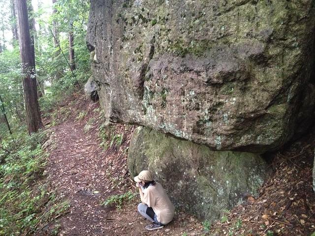 蕪山 巨岩雨宿り
