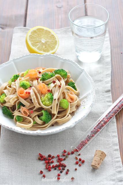 Fettuccine integrali con broccoli e salmone affumicato