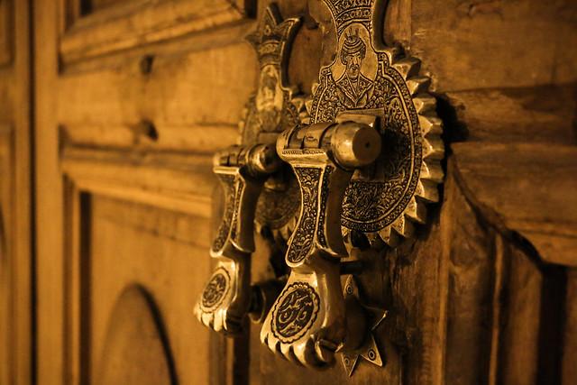 Door knob decoration of Imam mosque, Isfahan イスファハン、王のモスクのドアノブ