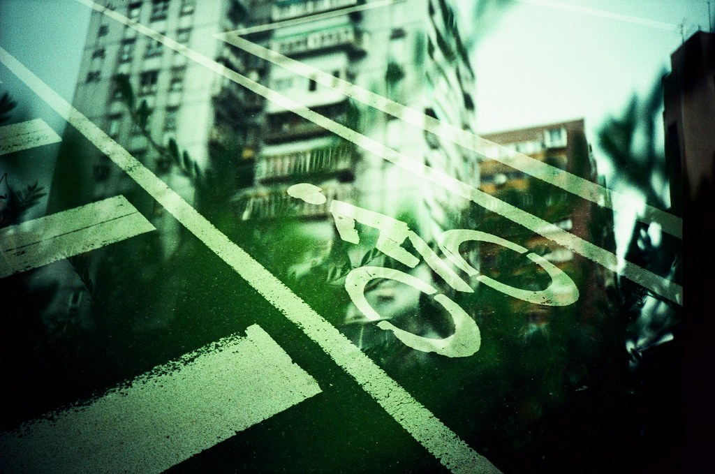 Taipei Daily etoc / Agfa CT Precisa / Lomo LC-A+ 這張顏色突然的暗下來,但我喜歡這樣的綠,算深綠嗎?這樣的顏色看起來好成穩,也看起來好舒服。  好久沒有拍重複曝光又正片負沖的作品了。  因為這樣快速拍、不要想太多出來的作品都有好多令人驚訝的地方!  Lomo LC-A+ Agfa CT Precisa 35mm E6 to C41 5038-0018 2016-04-24~2016-04-29 Photo by Toomore