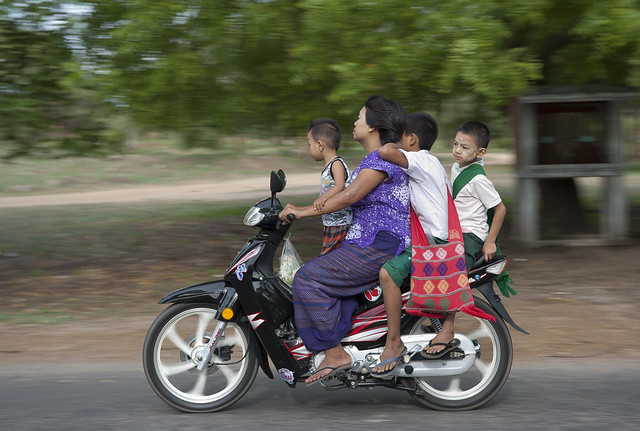 MM050 Family riders - Bagan
