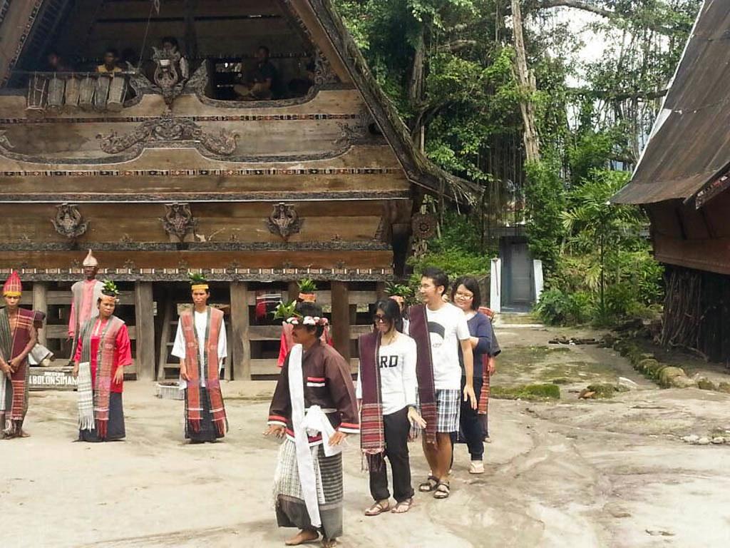 Indonesia - Medan - Museum Huta Bolon Simanindo - Mangalahat Horbo - Tari Bersama-2