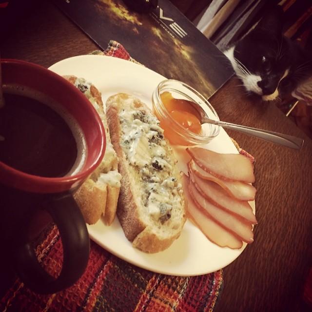 Завтрак и котоголова. #mondaymorning #morning #monday #breakfast #coffee #cat #cats #ilovecats #ilovemycat #instakotik #jam #meat #gorgonzolla #bread #кошки #котэ #котаны #tabithathebeast #завтрак #понедельник