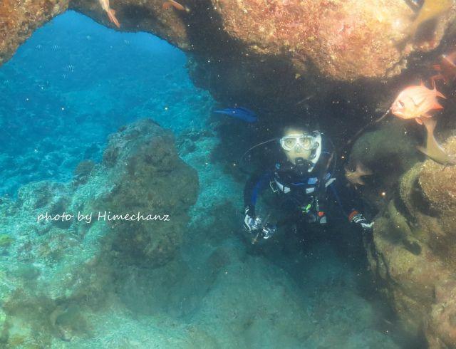 洞窟を抜けると青い海!w