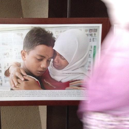 Ini foto seorang ibu yang akhirnya bertemu anaknya setelah 2 bulan terpisah karena tsunami. Nafas saya tercekat lihat foto ini. Sama ketika lihat foto2 kemal jufri di pameran indonesia in the midst of cathastrophy. That's the beauty of photography #photog
