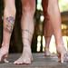 pés e mãos em Parsvottanasana