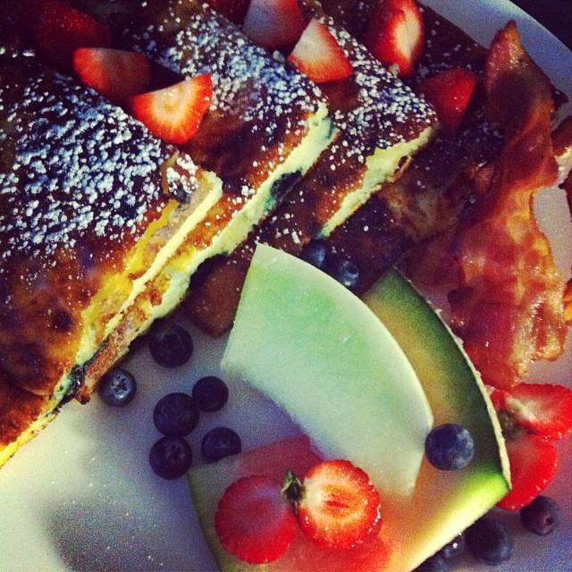 Les petits luxes de la vie : manger son brunch dans sa chambre.