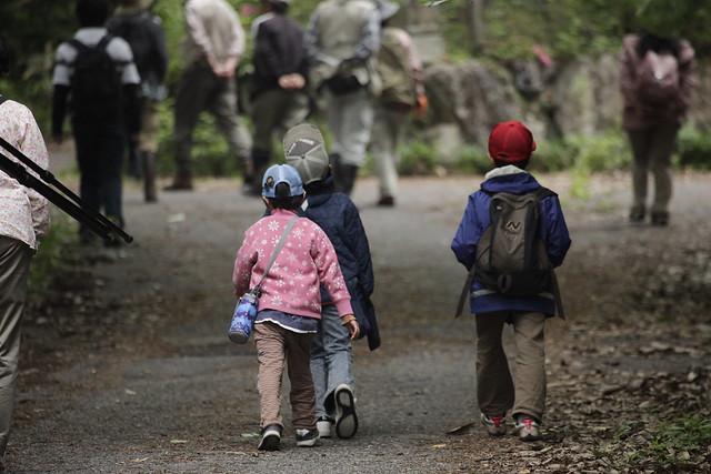 大人に混じって,子どもも歩く.