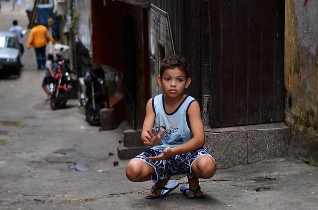 Niños en la favela de Rocinha