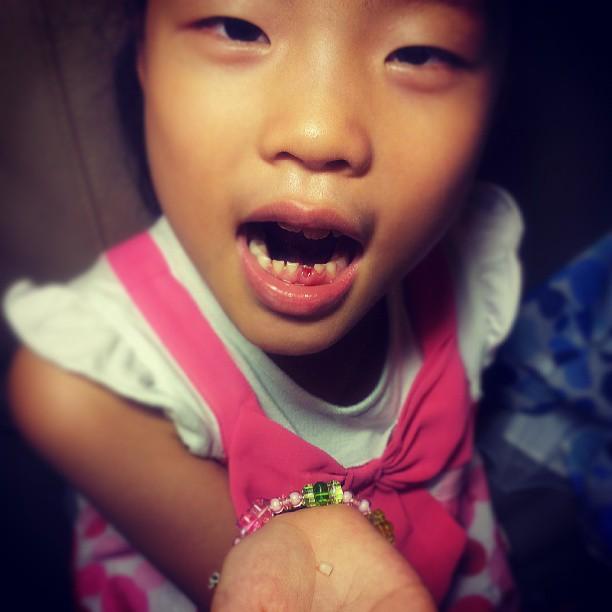20130802 今天,潔咪終於自己拔掉搖了好多好多天的牙。拔掉之後,一整天都好嗨,好像覺得自己長大了?很勇敢?很棒!畢竟,我們都無法處理的(心疼),他自己完成了。