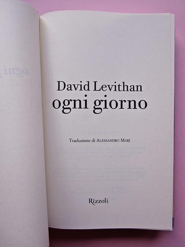 David Levithan, ogni giorno. Rizzoli 2013. Progetto grafico di copertina © Adam Abernethy. Frontespizio (part.), 1