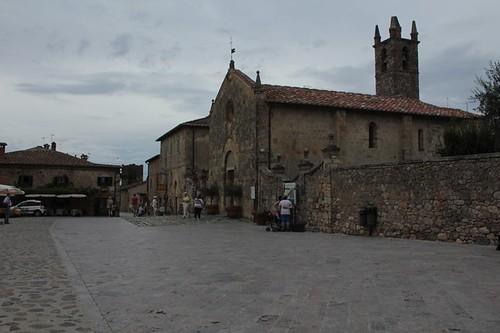 Monteriggioni: scorci della piazza principale