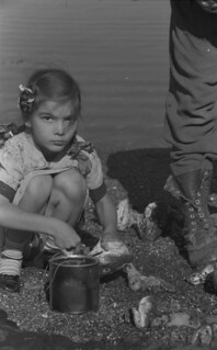 Girl helping to clean fish, Gaspé 1951 / Fillette aidant à nettoyer le poisson, à Gaspé, en 1951