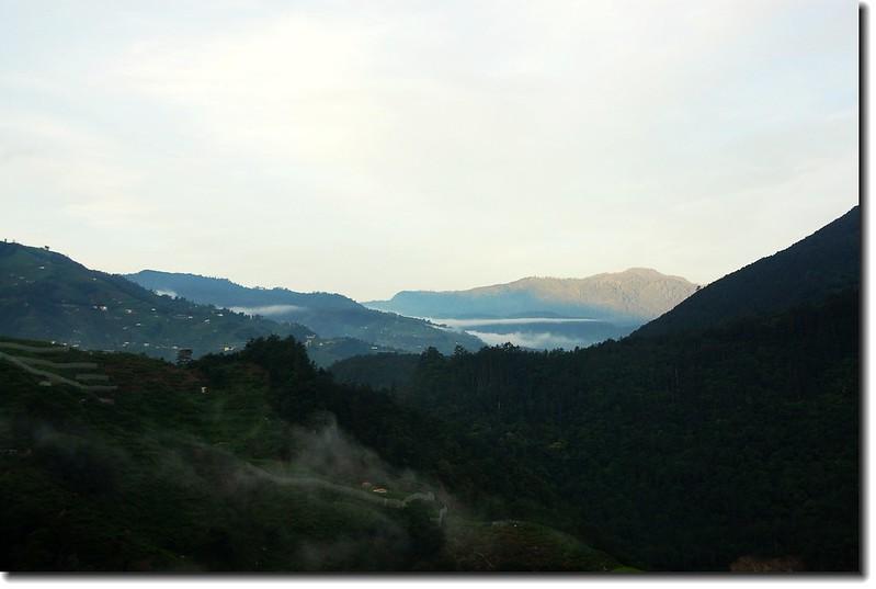 環山之晨(遠方為白姑山塊)