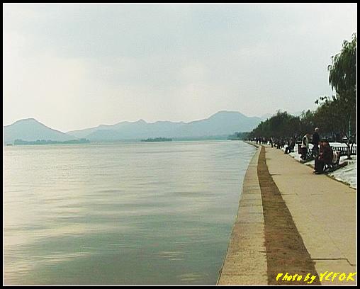 杭州 西湖 (其他景點) - 132 (從白堤的斷橋旁看白堤及西湖)