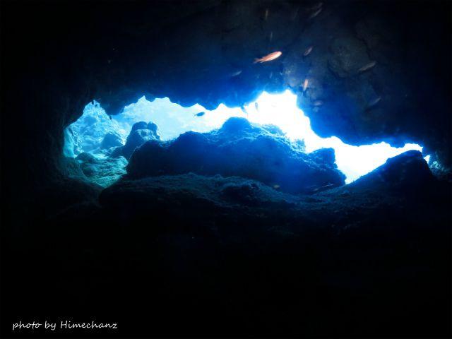 洞窟を抜けると亀裂から漏れる光がキレイでした♪