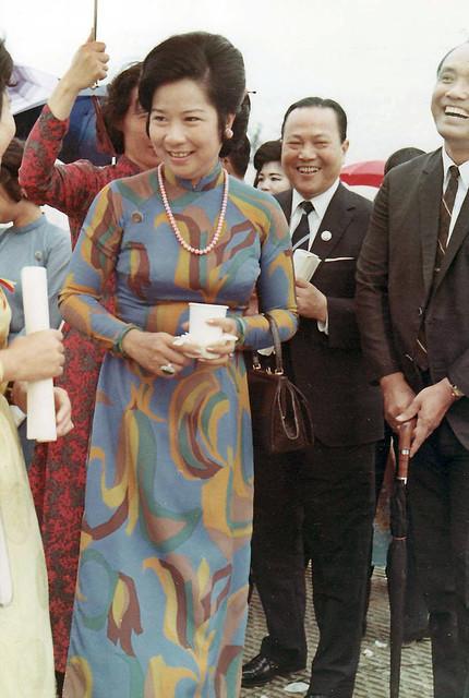 SAIGON 1971 - VI DAN Hospital - Bà Nguyễn Văn Thiệu tại lễ đặt viên đá đầu tiên xây dựng BV Vì Dân - by Richard L Iverson (1)