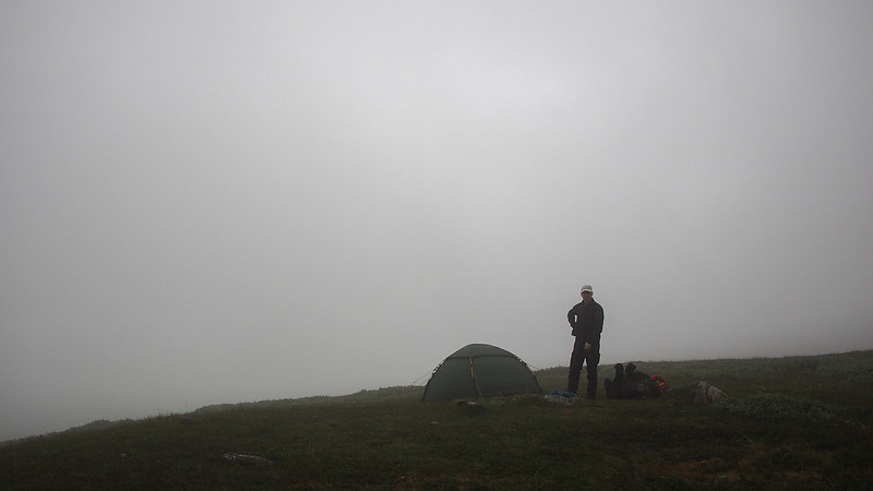 Zeltaufbau im Nebel