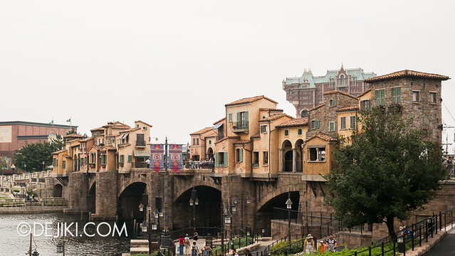 Tokyo DisneySea - Mediterranean Harbor / Buildings on Waterway