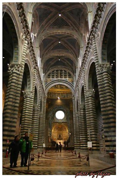 1108878281_教堂內高聳的哥德式拱柱與磁磚鑲嵌圖案地板