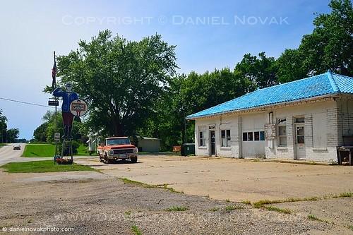 road summer man midwest unitedstates roadtrip iowa historic gasstation route friendly menlo 2013 whitepole roadtrip2013