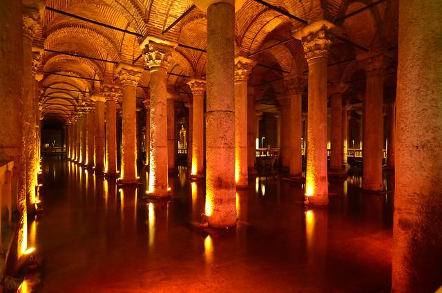 Interior de las Cisternas de Yerebatán en Estambul que ver