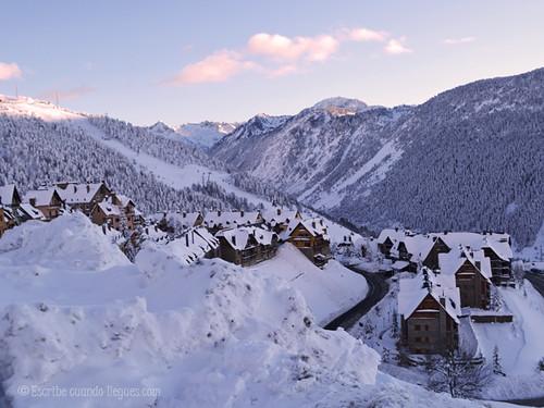 Últimos minutos de luz en el pueblo de Baqueria Beret, a escasos metros de la estación de esquí